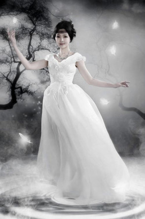 李湘的婚纱由著名时装设计师张肇达先生量身订做,当天佩戴的每一件
